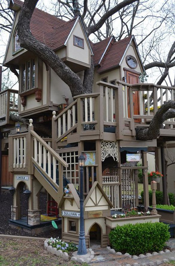 AMAZING! Fabulous Tree Playhouse - designed by architech James Curvan for Dallas residents Steve & Jeri Wakefield's grandchildren (see additional photos at  www.beautifullife.info/urban-design/fabulous-tree-house/