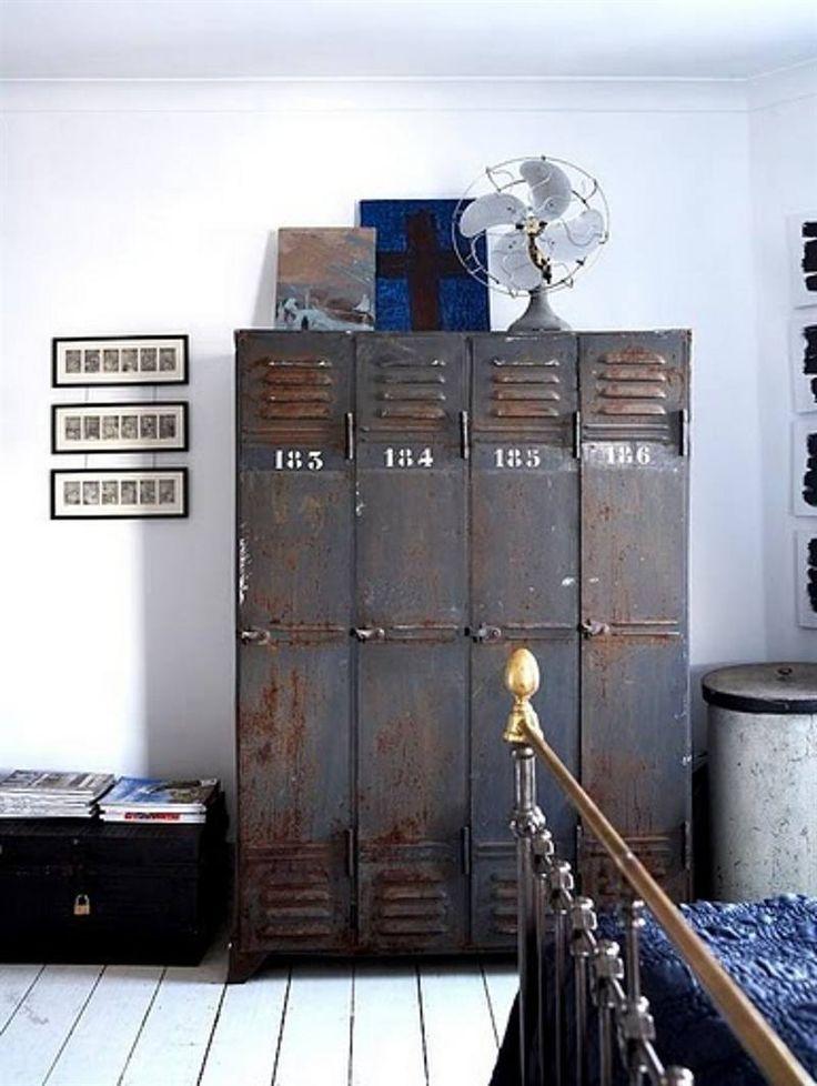 Metalen lockers geven een industriële look aan je slaapkamer.