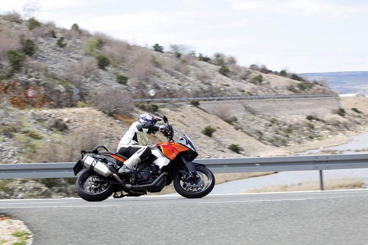 Mit der KTM 1190 Adventure die Kurven bei Seline inhalieren.