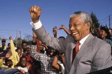 Nelson Mandela,  advogado, ex-líder rebelde, ex-presidente da África do Sul de 1994 a 1999, considerado como o mais importante líder da África Negra, ganhador do Prêmio Nobel da Paz de 1993.