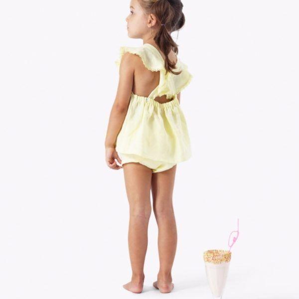 vaaleankeltainen paitamekko ja röyhelöhousut takaa