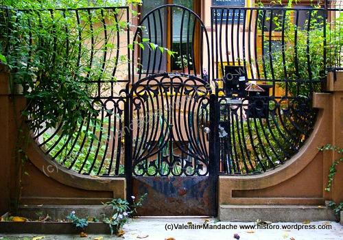 Art Nouveau style garden gate dating from the 1910s, Gradina Icoanei area, Bucharest (©Valentin Mandache)