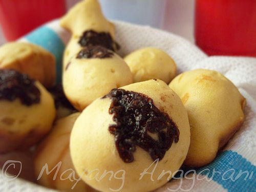Kue cubit cokelat dan keju. Madeleine-like bite sized cake in funny shape with chocolate or grated cheese sprinkles. Fluffy and plumpy treat for the sweet tooth, available from street vendor.