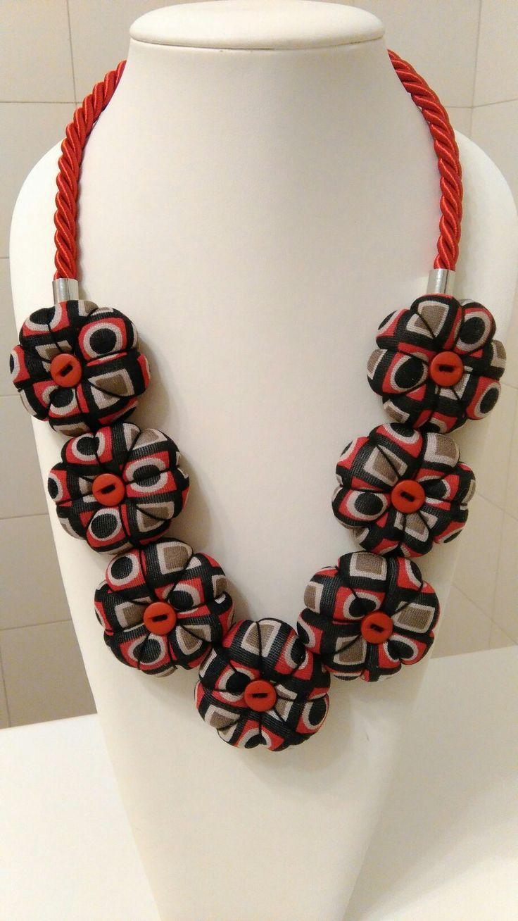 Rosso, nero e tortora collana fiori. Textile necklace handmade