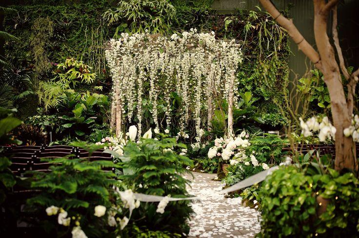 Les fleurs ont ce pouvoir fascinant de sublimer une mise en scène. A travers de simples bouquets ou de grandes créations florales, elles donnent vie à un décor. J'ai toujours admiré les décors de fleurs suspendues. Cet effet de « ciel » de fleurs..