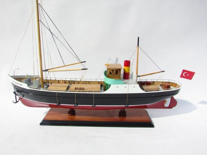 Kuifje - Model van het schip La Toison d'Or - Het Geheim van het Gulden Vlies  Mythische boot de film Het Gehein van de Gulden Vlies (Le mystère de la Toison d'Or) !Prachtig en zeer fraai vormgegeven maquette van de Gulden Vlies uit de kuifje film uit 1961. Het schip is met groot detail uitgevoerd. De afmetingen zijn zeer royaal: 60cm lang 46cm hoog en 12cm breed.Voor de romp en opbouw werd gebruik gemaakt van verschillende soorten hout om de details zo goed mogelijk te laten uitkomen. De…