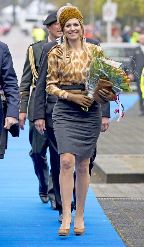 Reina Máxima de Holanda escala cromatica… La reina Máxima vistió un 'top' estampado en ocre y beis que combinó con una falda lápiz en gris. Como complementos, eligió un llamativo y original tocado ocre, de Fabienne Delvigne, salones con plataforma en tono arena y 'clutch' y guantes en color chocolate. Remató el estilismo con un abrigo de corte masculino coordina con la falda.