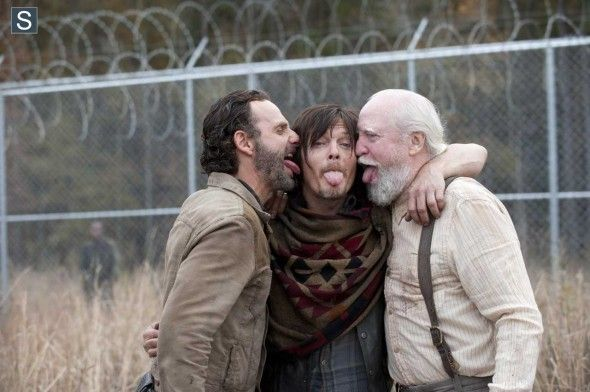 Andrew Lincoln (Rick Grimes), Norman Reedus (Daryl Dixon) e Scott Wilson (Hershel Greene) no 16º episódio da 4ª Temporada de The Walking Dead.