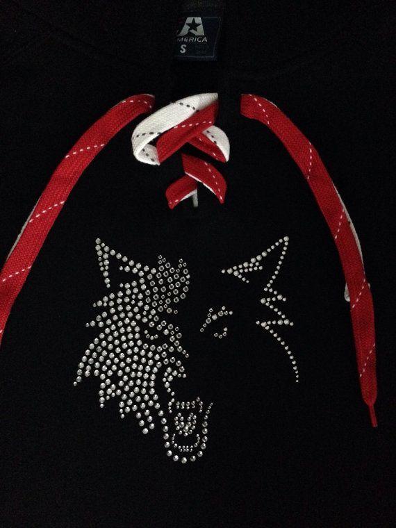 Timberwolf strass Shirt, Tshirt de tête de loup, manches longues, à capuche. Montré sur un chandail à capuchon patinage dentelle.  Grand cadeau !