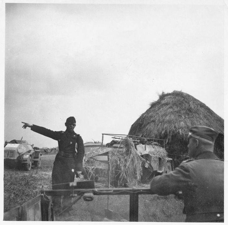"""Unité de reconnaissance en Russie. A droite, un Sd.Kfz 223 avec son """"balcon"""" métallique tout autour de la tourelle et plus en avant un Sd.Kfz 222 avec canon KwK de 20 mm  – ou fusil antichar lourd Panzerbüchse 41 – mitrailleuse Mg 34 de 7,92 mm – ou mitrailleuse Mg 42 de 7,92 mm"""