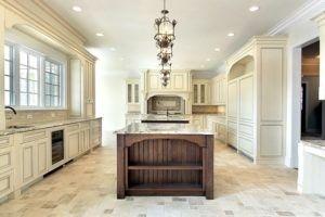 Struktur und Eleganz sind in dieser weißen und braunen Küche präsentiert.