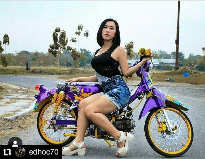 Pin By Jhon Jairo On Scooter Girls Scooter Girl Motorcycle Girl Biker Chicks