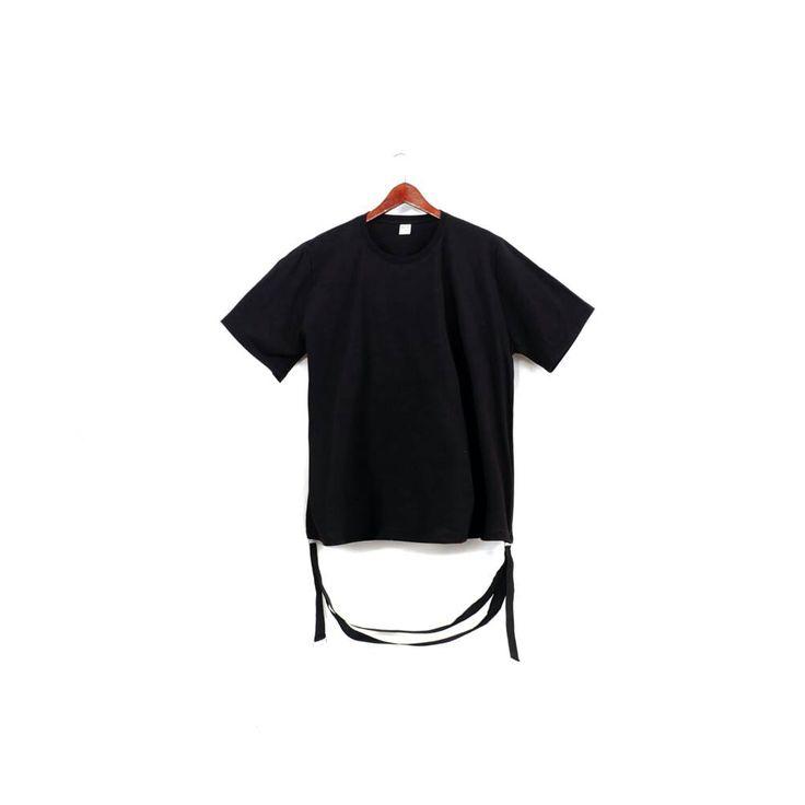 Hector Oversized Tshirt ini dibuat dengan material 100% cotton sehingga lebih nyaman dipakai berikut memiliki desain unik. Memiliki webbing ( tali pada bagian bawah) dan layer berwarna putih pada bagian bawah.