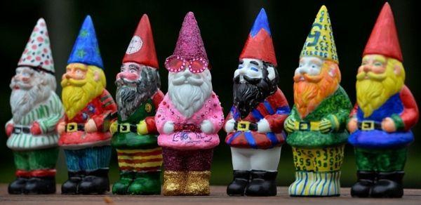 Les nains de jardin sont des petites figurines humanoïdes avec un bonnet pointu utilisée surtout dans la décoration de jardin.