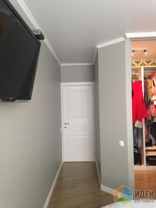 Интерьер спальни в серых тонах, гардеробная в спальне