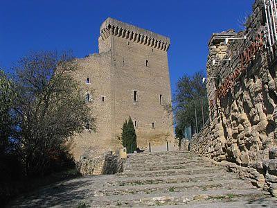 Photo des imposants vestiges de l'ancien château pontifical situés au sommet du village de Chateauneuf-du-Pape.   Chateauneuf-du-Pape - Vaucluse