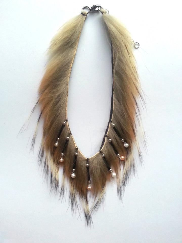 # Vénus C001-01 Fourrure véritable de coyote, 7 perles naturelles 80$