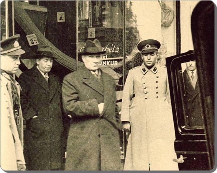 Atatürk; Beyoğlu'nda alış veriş yaptığı bir mağazadan çıkarken - 1930 lar pic.twitter.com/FmAUB0YfCP
