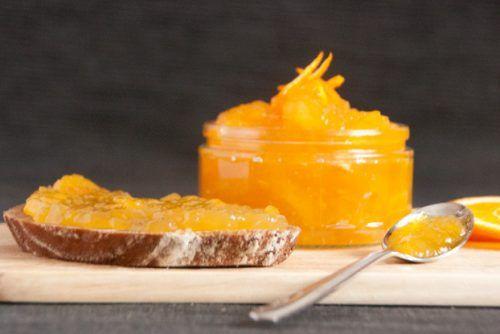 Schon mal Orangenmarmelade selbst machen wollen? Meine Mutter kam letztens auf diese Idee und hat mich mit ihrer Begeisterung sofort mitgerissen. Wir haben eine wunderbar fruchtig-süße Orangenmarmelade zusammengerührt, die alles Gekaufte mühelos in den Schatten stellt. Die Herstellung braucht zwar ein bisschen Arbeit, aber als Lohn bekommt ihr massig Sonne im Glas für's ganze Jahr! Wir brauchen: Orangen (zumindest eine sollte Bio sein), Zitrone, Gelierhilfe (ihr könnt auch Agar Agar ne...