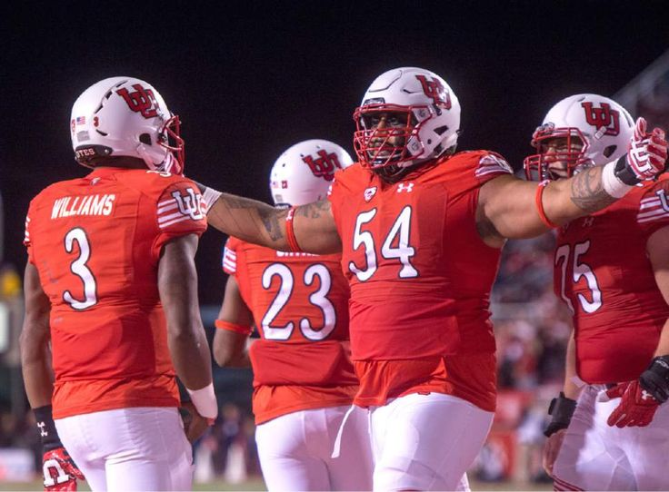 Utah Utes offensive lineman Isaac Asiata celebrates after Utah quarterback Troy Williams (3) scored touchdown against Arizona, Oct. 8, 2016. (Rick Egan  |  The Salt Lake Tribune)