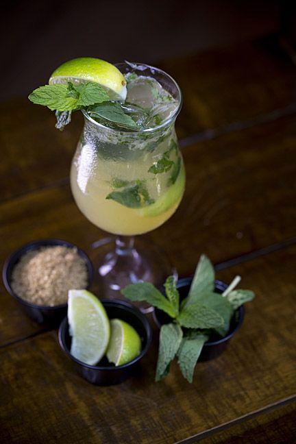 Para preparar el mojito tradicional necesitas: 4 hojas de menta fresca; 2 limones verdes; 1/4 de cda. de azúcar morena; 1 1/2 onz. de ron blanco; 2 onz. de 7 Up o Sprite y 2 onz. de 'sour mix'. Procedimiento: primero, se macera el limón, la menta y el azúcar morena. Luego se agrega hielo, ron, la base de coco, guayaba o parcha (en el tradicional se agrega el sour mix) y por último, el splash de 7up o Sprite. Se decora con limón, menta o rallado de coco. (Foto por Wanda Liz Vega / GFR Media)
