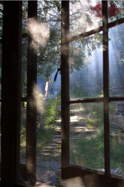 On ouvrirait la fenêtre. Et la vie ne serait plus remplie de crayons qui saignent à flot. Il y aurait du soleil, de la lumière. Les deux joueraient à chasser la tristesse pour la remplacer par la gaité. Et du coup, nos vacances, ce serait d'écrire toute la journée à flot. A flot de lumière...