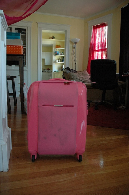 The best quality and most adorable pink luggage for women and children. The coolest models and designs of travel suitcase sets all of which are pink, yeah! , http://airlinepedia.net/pink-luggage.html