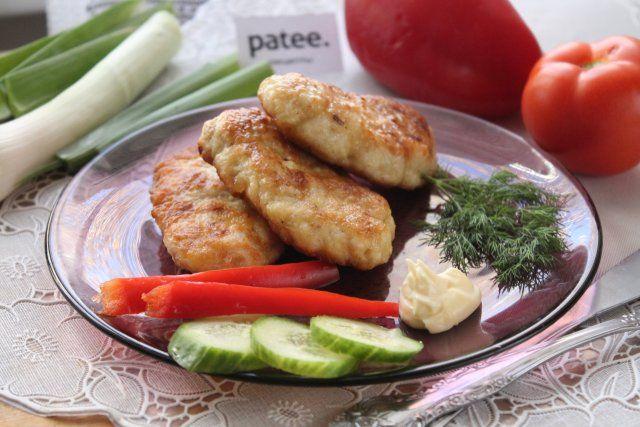 Приготовьте нежнейшие рубленые куриные котлеты с майонезом! Отличное второе блюдо для семейного обеда или ужина. Куриная грудка в этом рецепте мелко нарезается острым ножом, а не прокручивается, как обычно, на комбайне или мясорубке. Такая фактура придает фаршу сочность, добавление крахмала - пышность, а майонез и яйцо нежно связывают все компоненты между собой. Такие котлетки придутся по вкусу и детям, и взрослым!