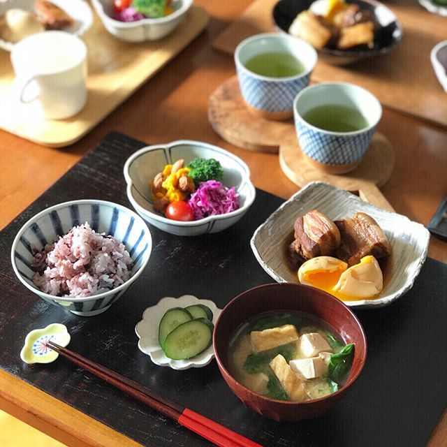2018/02/11 #日曜日 の#朝ごはん。 昨晩から仕込んでおいた #豚の角煮、 #紫もち麦#黒米#ごはん。 お豆腐とお揚げ、ほうれん草の#お味噌汁、 #紫キャベツ のラペ、 #かぼちゃサラダ、 ブロッコリー、プチトマト、 きゅうりの#ぬか漬け、 #べにふうき 茶。 ✳︎ ✳︎ ✳︎ 豚の角煮は、 #ストウブ で昨晩下茹で2時間、 早朝、ことこと味付け煮2時間、 計4時間かけ、ふわふわトロトロ、 朝から幸せ…涙 早く食べたくて慌てて剥いた卵が ぼろっぼろです 笑 ✳︎ ✳︎ ✳︎ #ご飯茶碗 は#宮岡麻衣子 お椀は#じぱんぐ工房 サラダの器は#ほたる窯 ぬか漬け#豆皿 は#高島大樹 #箸 は#会津塗★ #箸置き は#赤地径 お茶の#蕎麦猪口 は#KIHARA #トレー は#ゴールドクラフト★ #急須 は#副正製陶所(2枚目)★ ✳︎ ✳︎ ✳︎ 今日も#テーブルウェアフェスティバル で 手に入れたものが食卓に並んでいます(★印)。