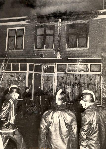 Blussen van de brand bij het Chinees restaurant Peking te Hardenberg aan de Voorstraat. | Mijn Stad Mijn Dorp