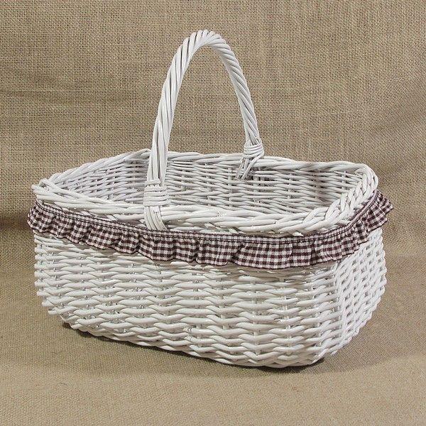 Biały wiklinowy koszyk z brązową falbanką