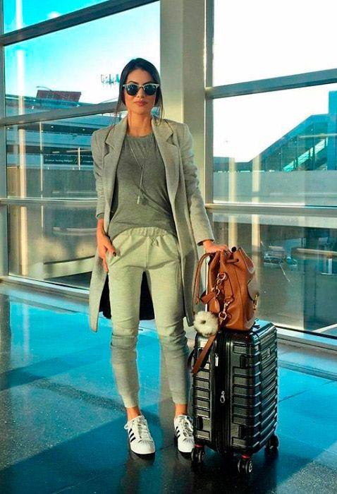 Camila Coelho mostra como ser chic usando look monocromático cinza, calça de moletom, sobretudo tênis adidas. #camilacoelho #celebridades #estilo #moda #looks #streetstyle #aerolook