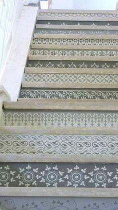 Habiller ses escaliers + papier peint imitation carreaux de ciment