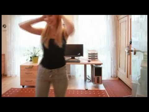 Funky Video: Büro aus Massivholz mit Christine und Jasmin und einem höhenverstellbaren Schreibtisch Mehr dazu mit Preis  http://nhblog.de/nb_catlux/
