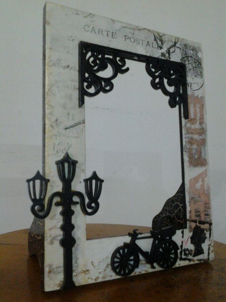 Portaretrato en madera, con decoración un poco vintage, con apliques, transferencia, decoupage...
