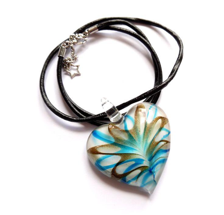 Halsband av läder med detaljer i silverplätering och ett hjärta av glas med…