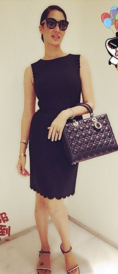 Simple LBD with textured bag as accessory