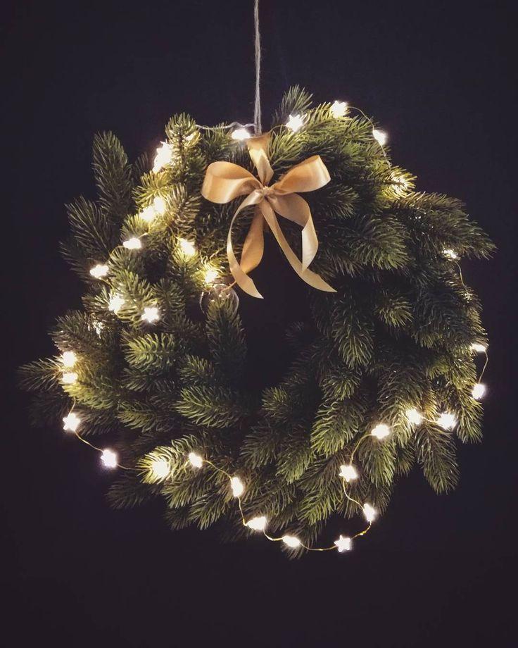 My niestety walczymy z chorobskiem zakaźnym.Ale dzięki obecności babci dalam rade ogarnąć dom, zrobilysmy pierogi i uszka a dziś pojawi się na blogu post ze świątecznym stołem .Bądźcie czujni😉 #corazblizejswieta #christmasdecoration #christmaswreath #wieniecswiateczny #littlelights #blackboard #xmas #homedecor #blackdoor #decor #bozenarodzenie #coloresdemialma #izabelaperezharriette #iphp #photography