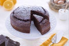 La torta di yogurt al cioccolato è un dolce morbido ideale per la colazione; realizzato senza burro, ma con yogurt greco, olio e cioccolato fondente