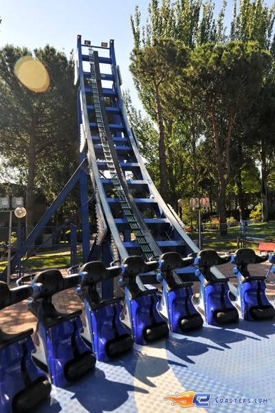 6/7 | Photo du Roller Coaster Tifon situé à @Parque de Atracciones Madrid (Espagne). Plus d'information sur notre site http://www.e-coasters.com !! Tous les meilleurs Parcs d'Attractions sur un seul site web !! Découvrez également notre vidéo embarquée à cette adresse : http://youtu.be/NCei0vi5YF0