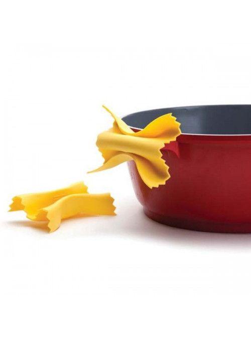 Bellissime presine a forma di pasta formato farfalloni. Farfalloni sono 2 presine in silicone per maneggiare le pentole con i manici bollenti. Resistenti al calore  Carinissimo packaging ideale come aricolo da regalo
