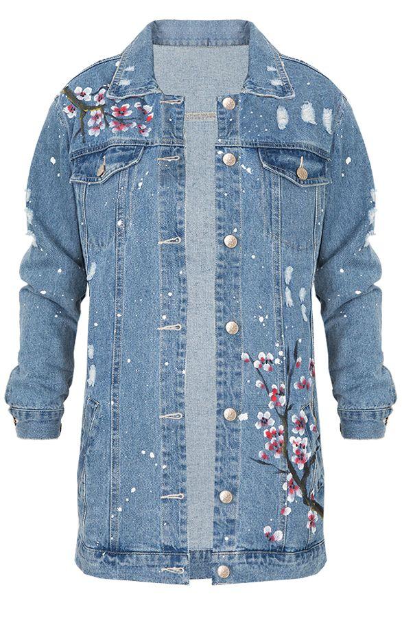 Painted Long Denim Jacket | The Musthaves Lang spijkerjasje is de trend van dit moment! Deze Painted Long Denim Jacket heeft geverfde bloemen en damaged plekken!