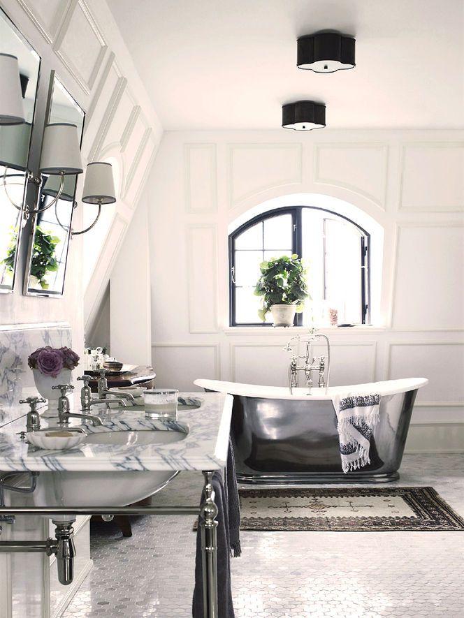Banheiro branco e prata