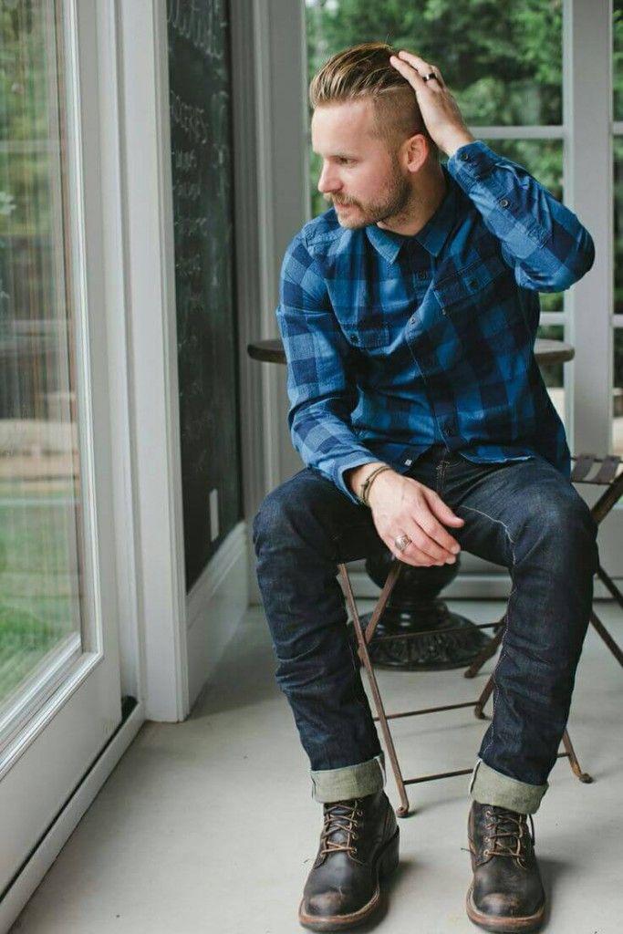 青チェックシャツにジーパン、ブーツを合わせた着こなし