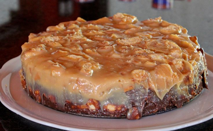 Este bolo de palha italiana é indescritível, a base deste bolo é na verdade um brigadeiro puxa puxa com biscoito maria, o recheio é um bolo branco bem fofinho e para a cobertura eu utilizei um doce de leite com biscoito maria também!