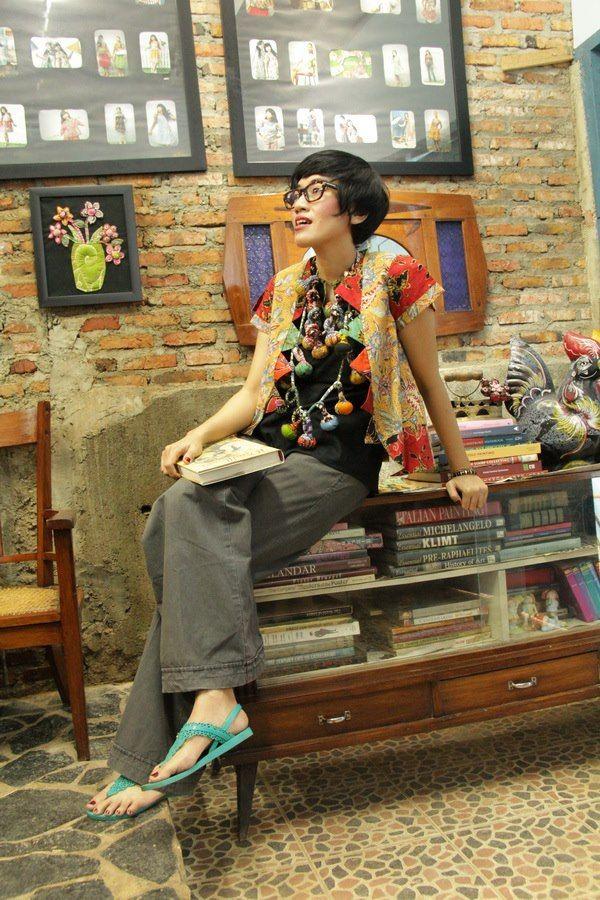 at Batik Amarillis Studio Wearing Batik Amarillis's Rainbow jacket,esprit pants & the marbles necklace , gisele Bundchen turquois sandals & Tom Ford glasses.