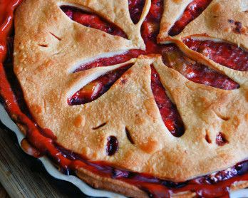 A shortcup recipe for Strawberry & Rhubarb pie - a sweet dish perfect for the height of summer #pie