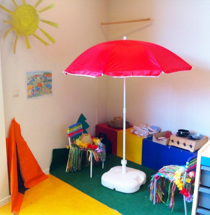 Zomerhoek: parasol, stoeltjes, koffer, kleedjes/strandlakens, hawaïkleding, hoedjes, kartonnen decoratie en de kids vermaken zich prima op de camping! (alleen een windscherm had nog leuk geweest)