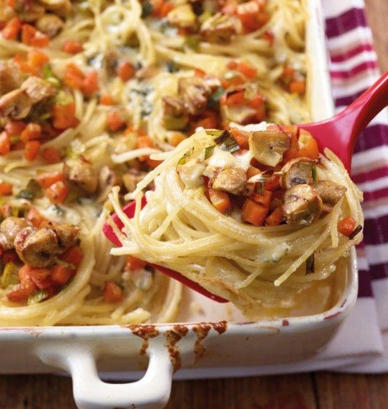 Überbackene Nudelnester: Auf  Spaghetti tummeln sich Möhren, Champignons und Lauch. Lecker herzhaft wird's dank Edelpilzkäse.