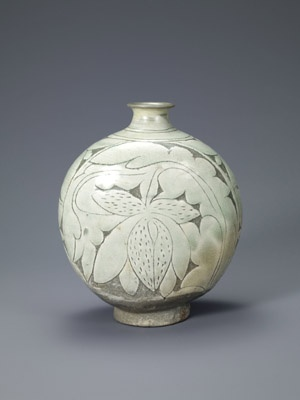 Flask-shaped bottle with peony decoration. Korean, Joseon dynasty (1392-1910); second half of the 15th century. Buncheong with incised and sgraffito design. Leeum, Samsung Museum of Art, Seoul.